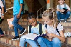 Szkolne dziewczyny studiuje wpólnie po szkoły obrazy stock