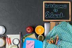 Szkolnego lunchu owoc dla dzieciaków z szkolnym plecakiem i pudełko zdjęcia stock