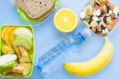 Szkolnego lunchu pudełko Chleb, pomarańcze, butelka woda, dziecko kukurudze, marchewka i pomidory w zielonym plastikowym zbiornik fotografia stock