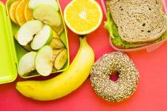 Szkolnego lunchu pudełko Chleb, pomarańcze, dziecko kukurudze, marchewka i pomidory w zielonym plastikowym zbiorniku, obraz stock