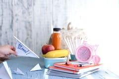 Szkolnego lunchu pudełko dla dzieciaków tylna szkoły _ Dziecka ` s ręki Odgórny widok Obraz Stock