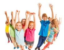 Szkolnego wieka dzieciaków stojak wraz z nastroszonymi rękami Fotografia Stock