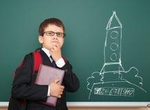 Szkolnej chłopiec i astronautycznej rakiety rysunek na pokładzie Fotografia Stock