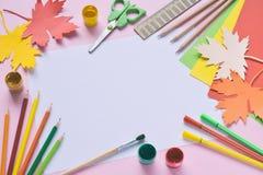 Szkolni akcesoria i dostawy: ołówki, farba, władca, papierowy liść klonowy, nożyce na lekkim tle tylna koncepcji do szkoły zdjęcia stock