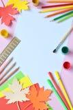 Szkolni akcesoria i dostawy: ołówki, farba, władca, papierowy liść klonowy, nożyce na lekkim tle tylna koncepcji do szkoły obraz royalty free