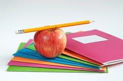 Szkolni notatniki z ołówkiem i jabłkiem Zdjęcie Royalty Free