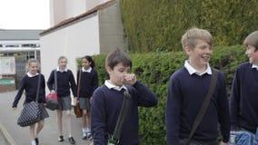 Szkolni ucznie Chodzi Do domu Wpólnie Po klasy zbiory
