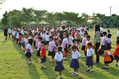 Szkolni ucznie w Ayuthaya regionie, Tajlandia przed ich szkołą zdjęcia stock