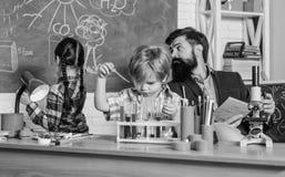 Szkolny chemii laboratorium tylna szko?y edukacja i nauka Chemii lab szcz??liwy dziecko nauczyciel laboratorium obraz stock