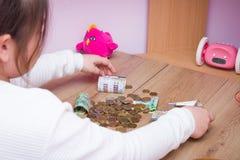 Szkolny dziewczyny obliczenia pieniądze Obrazy Stock