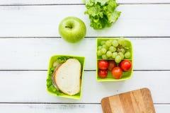 Szkolny lunch ustawia z jabłkiem i warzywami w lunchbox tła odgórnym widoku Zdjęcie Royalty Free