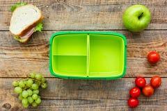 Szkolny lunch ustawia z jabłkiem i warzywami w lunchbox tła odgórnym widoku Obraz Royalty Free
