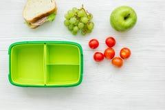 Szkolny lunch ustawia z jabłkiem i warzywami w lunchbox tła odgórnym widoku Zdjęcie Stock