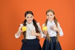 Szkolny lunch Witaminy odżywianie podczas dnia powszedniego Zwiększenie studencka akceptacja owoc Zakłócać bezpłatną świeżą owoc  obrazy stock
