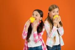 Szkolny lunch Witaminy owocowy odżywianie dla dzieci Zdrowy Styl życia Zakłócać bezpłatną świeżą owoc przy szkołą giro zdjęcie stock