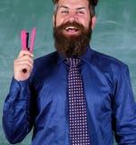 Szkolny materiały Mężczyzna chwyta zszywacza uśmiechnięty materiały Modnisia nauczyciela formalny krawat trzyma zszywacz Nauczyci obraz stock