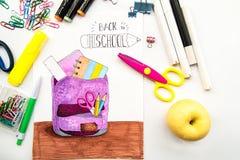 Szkolny materiały z nakreśleniem szkolny plecak z dostawami na bielu z pisać list z powrotem szkoła obraz royalty free