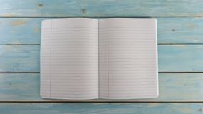 Szkolny notatnik na Błękitnym drewno deski tle - edukacja sztandar obraz stock