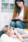 Szkolny pedagogue opowiada z dzieciakiem z problemami Fotografia Stock