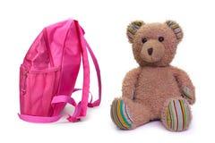 Szkolny plecak i zabawka miś, fotografia stock