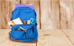 Szkolny plecak z materiały na świetle fotografia stock