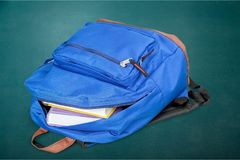 Szkolny plecak z materiały na tle zdjęcie stock