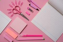 Szkolny pojęcie, materiałów nożyc papierowa klamerka w formie słońca, notepad dla notatek, łza papier, notatnika pióra ołówka com Zdjęcia Royalty Free