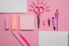 Szkolny pojęcie, materiałów nożyc papierowa klamerka w formie słońca, notepad dla notatek, łza papier, notatnika pióra ołówka com Zdjęcie Royalty Free