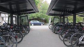 Szkolny rowerowy parking zbiory wideo