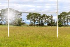 Szkolny rugby pole gruntuje z bardzo porosłą trawą fotografia stock