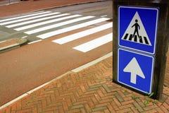 Szkolny teren z znakiem dla pieszy krzyża obrazy royalty free