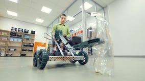 Szkolny uczeń kontroluje zawdzięczający sobie robot przy inżynierii szkoły lab zbiory wideo