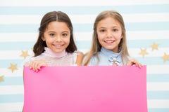 Szkolny zawiadomienie dla dzieciaków Twój reklama tutaj mali dziewczyna dzieciaki trzyma menchie tapetują dla szkolnego zawiadomi fotografia stock
