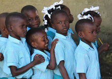 Szkolnych chłopiec i dziewczyn pośpiechu kolejka do klasy w Robillard, Haiti Zdjęcia Stock