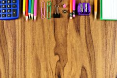 Szkolnych dostaw wierzchołka granica na drewnianym biurka tle Obraz Royalty Free