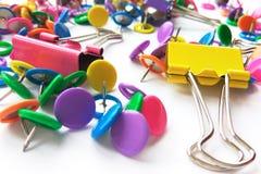 Szkolnych i biurowych dostaw papierowe klamerki, szpilki na białym tle obraz stock