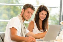 Szkoły średniej ucznie używać laptop dla szkolnego projekta Zdjęcie Stock