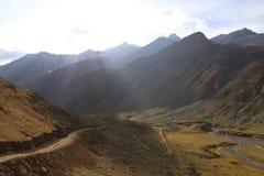 Szlakowy omijanie między tha górami pod chmurnym niebem zdjęcie stock