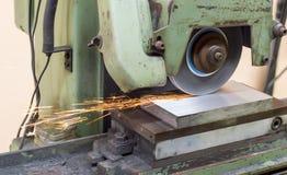 Szlifierska maszyna na pracie i iskrą Fotografia Stock