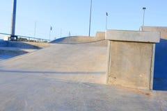 Szlifierski krawędź poręcz w skatepark Fotografia Royalty Free