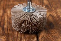 Szlifierski szczotkarski nylon dla świderu na drewnianym tle Zdjęcie Stock