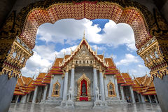 Szmaragd Buddha świątynia przy zmierzchu czasem z samochodowym śladem Zdjęcia Stock