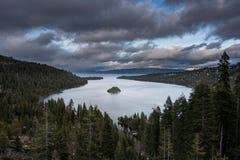 Szmaragd zatoka na Jeziornym Tahoe z śniegiem na górach Obrazy Royalty Free