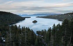Szmaragd zatoka na Jeziornym Tahoe z śniegiem na górach Zdjęcie Stock