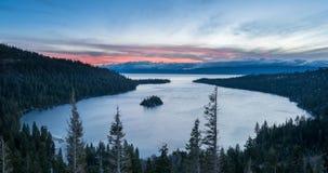 Szmaragd zatoka na Jeziornym Tahoe z śniegiem na górach Obraz Stock