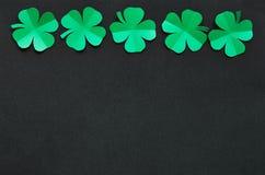 Szmaragdowa zielonego papieru shamrock liści koniczynowa granica Obrazy Royalty Free