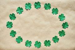 Szmaragdowa zielonego papieru shamrock liści wianku koniczynowa granica Zdjęcie Stock