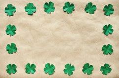 Szmaragdowa zielonego papieru shamrock liści wianku koniczynowa granica Obraz Stock