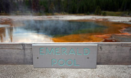 Szmaragdowego basenu gorąca wiosna podpisuje wewnątrz Czarnego piaska gejzeru basen w Yellowstone parku narodowym w Wyoming usa Obrazy Royalty Free