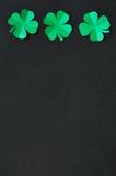 Szmaragdowi zielonego papieru shamrock koniczynowi liście Zdjęcia Royalty Free